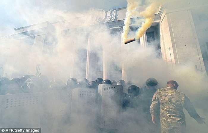 Bom khói và hơi cay liên tục được ném ra