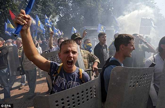 Đám đông biểu tình rất hung hãn và sẵn sàng đáp trả lại cảnh sát