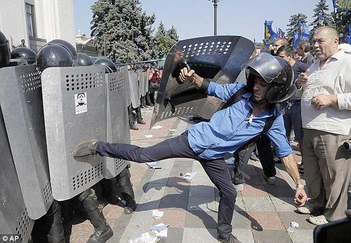 Chiều cùng ngày, các cảnh sát đã kiểm soát được tình hình và giam giữ những phần tử quá khích