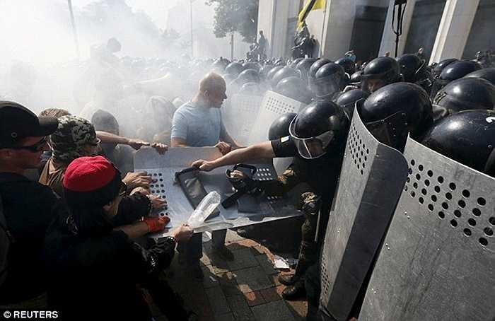 Tuy nhiên, vụ bạo loạn cũng để lại những hậu quả nặng nề đối với thành phố Kiev, Ukraine