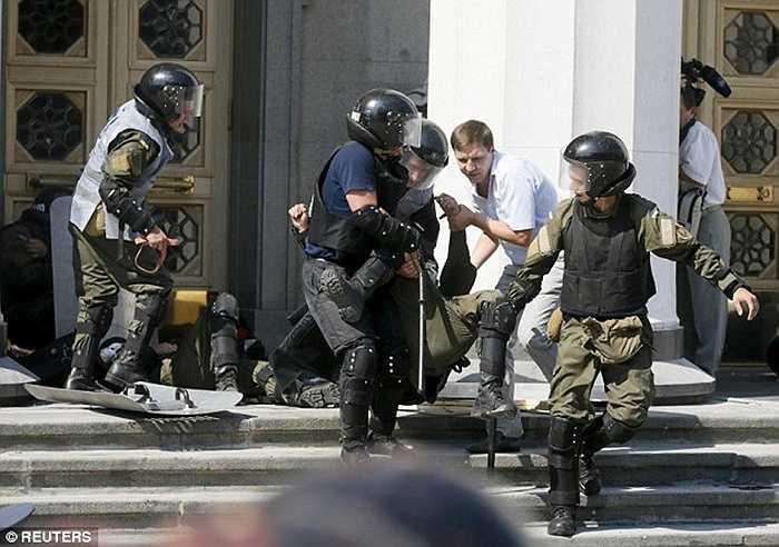 Những phần tử tham gia biểu tình đang ở trong trạng thái cực kỳ kích động. Được biết, nguyên nhân của cuộc biểu tình này là do họ muốn phản đối việc sửa đổi Hiến pháp của Chính Phủ nước này
