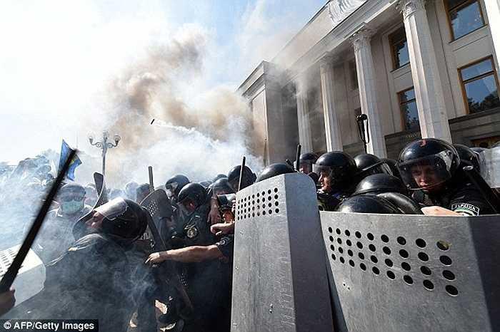 Bộ trưởng Bộ Nội vụ Ukraine, ông Arsen Avakov lúc đầu nói rằng viên cảnh sát thiệt mạng do bị trúng đạn nhưng sau đó đính chính nguyên nhân thiệt mạng là do lựu đạn nổ