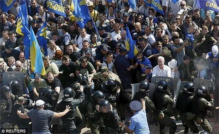 Lực lượng cảnh sát Ukraine phải sử dụng đến lựu đạn hơi cay để giải tán đám đông nhưng những nỗ lực của họ gặp phải sự phản kháng mạnh mẽ