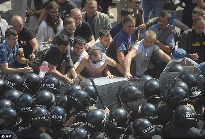 Cuộc biểu tình xảy ra ngay trước cổng Nghị viện Ukraine và mang đến một sự lo lắng lớn cho người dân nước này