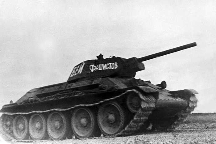 T-34 là một trong những xe tăng hạng trung tốt nhất và là xe tăng chiến đấu chủ lực của Hồng quân Liên Xô cho đến tận nửa đầu năm 1944