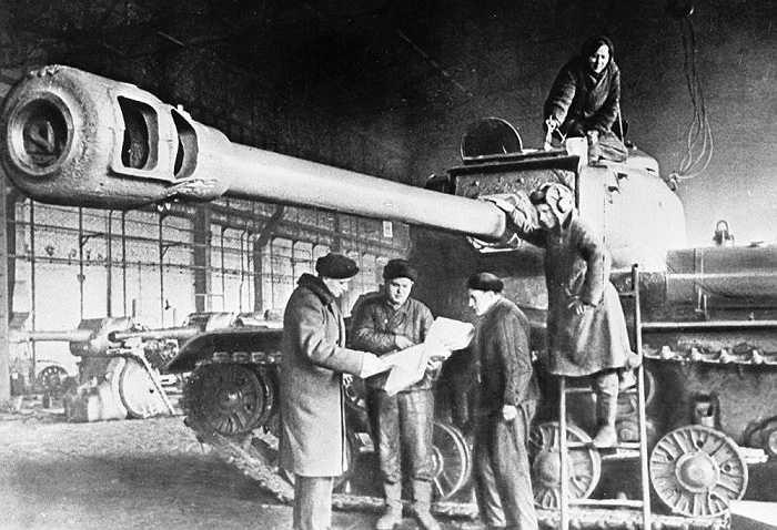 IS-2 cũng là một loại xe tăng hạng nặng, được chế tạo để phá hủy những công sự kiên cố và chống lại các xe tăng hạng nặng của đối phương