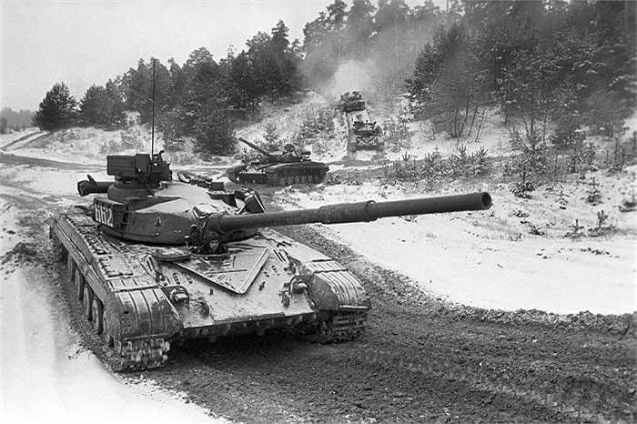 T-64, là loại xe tăng chủ lực tầm trung, được giới thiệu lần đầu vào năm 1963.  T-64 là một sản phẩm của nhà máy Kharkiv, Ukraine,  được đánh giá là mẫu tăng cách mạng cho xe tăng hiện đại ngày nay