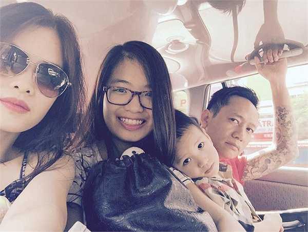 Nam ca sỹ Duy Mạnh sống hạnh phúc với người vợ xinh đẹp và hai người con, một con gái đầu lòng 15 tuổi và một con trai út 3 tuổi.