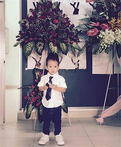 Cậu bé có nhiều nét giống bố. Nhiều người còn khen bé đẹp trai hơn bố Duy Mạnh.