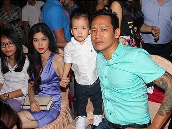 Gia đình hạnh phúc của nam ca sỹ 'Kiếp đỏ đen'.