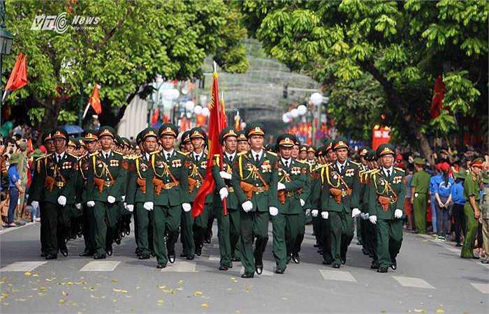 Hàng nghìn chiến sỹ, sỹ quan tham gia diễu binh, diễu hành trên các con phố của thủ đô Hà Nội. (Ảnh: Hà Thành)