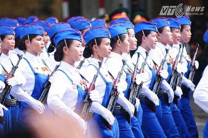 Đoàn nữ công nhân diễu binh (Ảnh: Tùng Đinh)