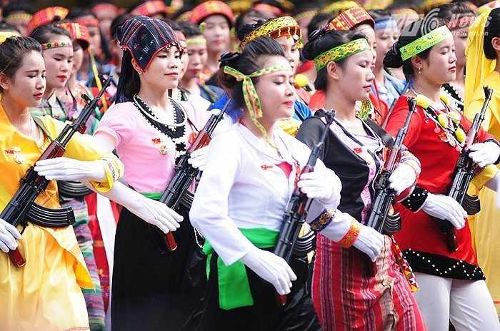 Lực lượng diễu hành của các dân tộc (Ảnh: Tùng Đinh)