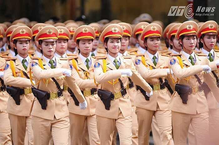 Các nữ cảnh sát giao thông (Ảnh: Tùng Đinh)