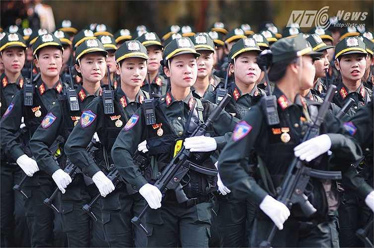 Nữ chiến sỹ cảnh sát cơ động (Ảnh: Tùng Đinh)