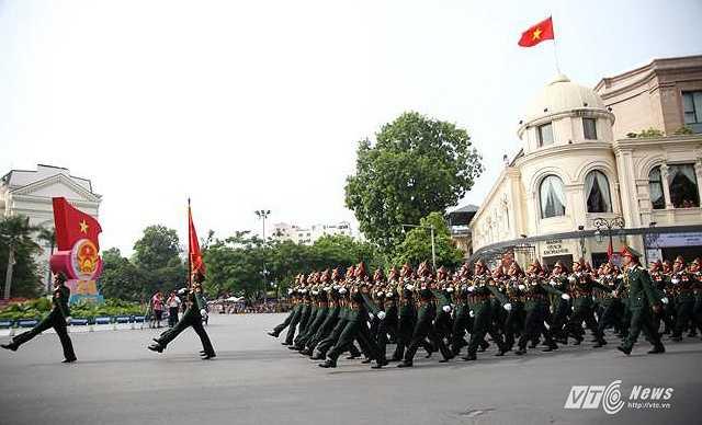 Đoàn diễu hành đi qua khu vực Tràng Tiền (Ảnh: Hà Thành)