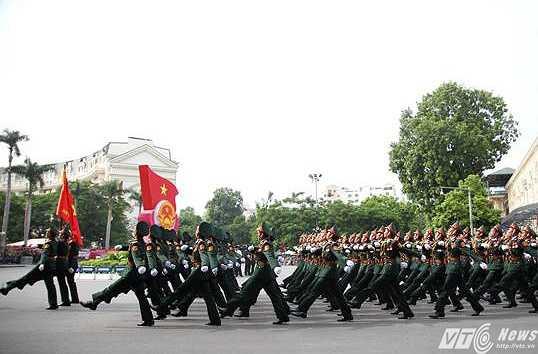 Các chiến sỹ sải bước đều tăm tắp trong lễ diễu binh (Ảnh: Hà Thành)