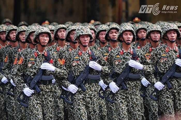 Các chiến sỹ được trang bị các vũ khí hiện đại (Ảnh: Tùng Đinh)