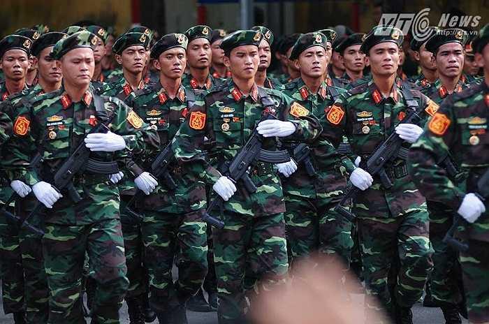 Đoàn diễu binh di chuyển từ Hùng Vương ra đường Nguyễn Thái Học (Ảnh: Tùng Đinh)