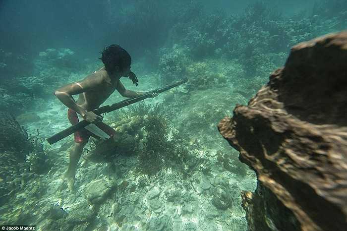Người đàn ông của bộ lạc Tagbanua cầm giáo đi săn