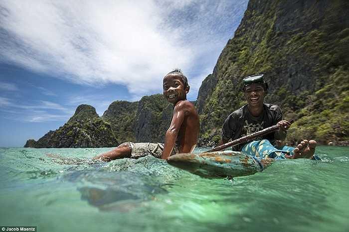 Những đứa trẻ theo cha đi đánh cá