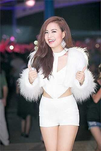 Từng tham gia diễn xuất trong một vài bộ phim như 'Đường đời' của đạo diễn Quốc Trọng, 'Đi về phía mặt trời' của đạo diễn Lưu Trọng Ninh… thế nhưng tên tuổi của cô được đông đảo khán gia yêu mến hơn khi được chọn vào vai chính trong sitcom Nhật ký Vàng Anh.