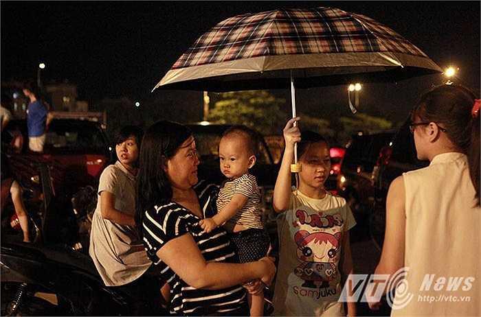 Bất chấp cơn mưa nặng hạt đổ xuống Tp Hà Nội vào đêm tối ngày 2/9, dân Thủ đô vẫn đổ dồn về các điểm bắn pháo hoa để chờ xem những màn pháo hoa mừng ngày Quốc khánh 2/9.