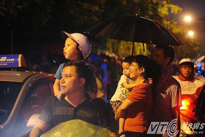Mặc dù trời đổ mưa nặng hạt nhưng không làm giảm đi không khí náo nhiệt, sự háo hức của hàng chục ngàn người dân Thủ đô. (Ảnh: Tùng Linh)