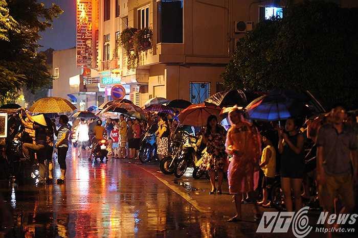 Đứng dọc đường Nguyễn Đình Thi chờ xem pháo hoa.