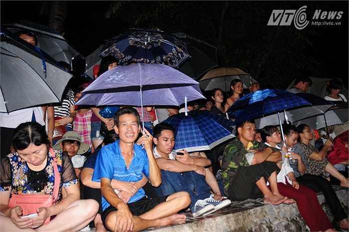 Hàng ngàn người ngồi kín xung quanh hồ Bảy Mẫu trong công viên Thống Nhất chờ xem pháo hoa.