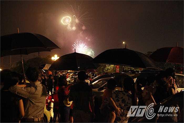 Đúng 21 giờ, những chùm pháo hoa mừng ngày Quốc khánh đã rực sáng trên bầu trời Hà Nội.