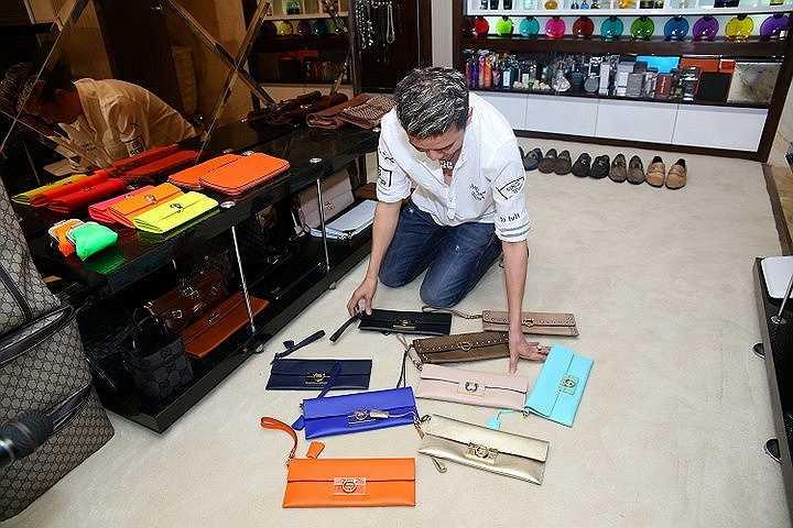 Tính riêng tủ giày của Đàm Vĩnh Hưng có tới 639 đôi với đủ chủng loại từ giày thể thao cho tới giày bata, sandal, bốt. Ngoài ra anh còn có một số mẫu giày hàng hiếm có kiểu dáng cực độc đáo
