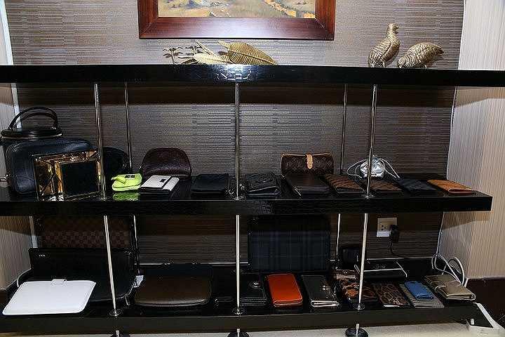 Nam ca sỹ Say tình sở hữu nhiều chiếc túi của nhiều thương hiệu nổi tiếng khác nhau, và tùy theo tính chất của các chuyến đi hay xuất hiện trong các sự kiện mà Mr Đàm sẽ chọn lựa các túi xách khác nhau.