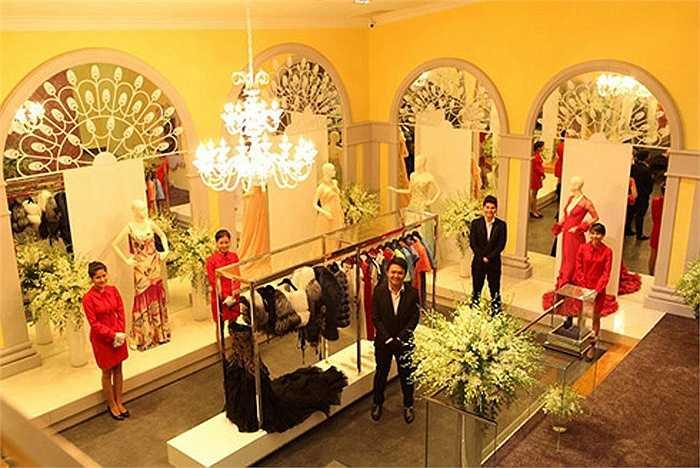 Lý Nhã Kỳ cho biết giá thấp nhất của chiếc váy tại cửa hàng của cô khoảng 2.000 USD, cao nhất có chiếc lên đến 45.000 USD (gần 1 tỉ đồng).