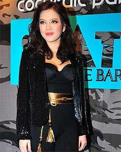 Lý Nhã Kỳ cũng nổi tiếng là mỹ nhân hàng hiệu. Chiếc thắt lưng của cô có giá lên tới 20 triệu