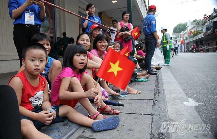 Các em nhỏ háo hức chờ đoàn diễn binh, diễu hành đi qua ở khu vực phố Tràng Tiền.