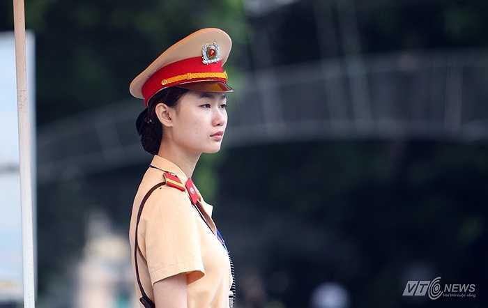Nữ cảnh sát giao thông tại ngã tư Tràng Tiền, Đinh Tiên Hoàng, Hàng Khay, Hàng Bài.