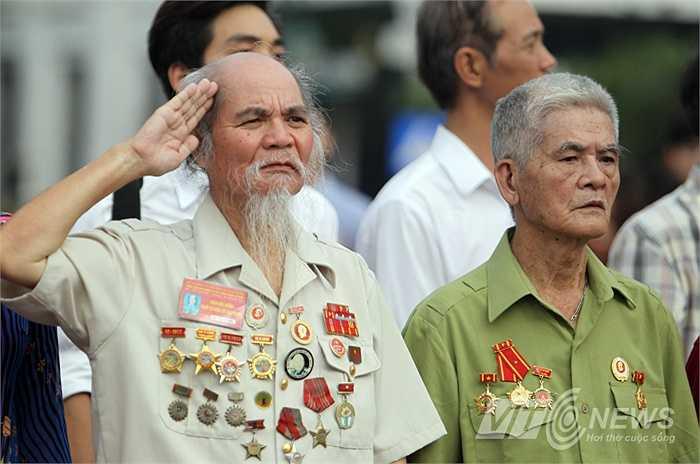 Một cựu chiến binh chào cờ trước quảng trường Cách mạng Tháng Tám.