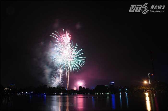 Hàng ngàn người dân tập trung xung quanh hồ để theo dõi pháo hoa