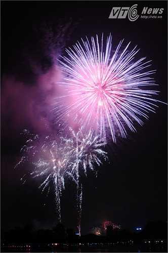Chùm pháo hoa lớn được nhân dân vỗ tay nhiệt tình hưởng ứng