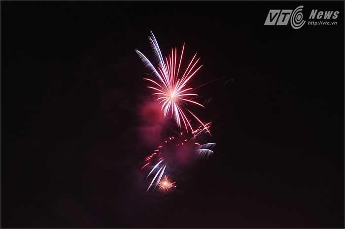 Nhiều màn pháo hoa sặc sỡ được bắn lên trong đêm Quốc Khánh