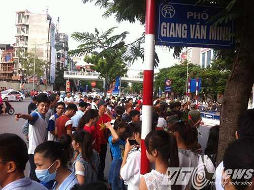 Ngã tư Kim Mã - Giang Văn Minh, nhiều người vẫn bối rối chưa biết lối nào để đi xem diễu binh, diễu hành - Ảnh Minh Quyết
