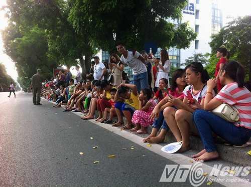 Trẻ em được ưu tiên ngồi ngay lề đường để thuận tiện cho việc theo dõi các đoàn diễu binh, diễu hành đi qua - Ảnh Minh Quyết