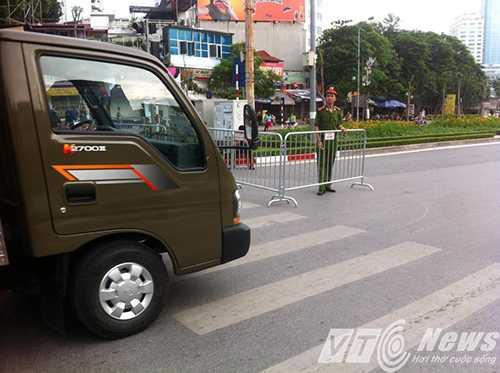 Chỉ có xe có phù hiệu mới được hoạt động trên những tuyến phố dành cho các đoàn diễu binh, diễu hành di chuyển