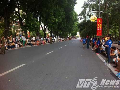 Tuyễn đường Kim Mã đi Liễu Giai đã được các lực lượng chức năng ổn định trật tự cho người dân theo dõi các đoàn diễu binh, diễu hành qua đây