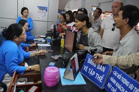 Sáng 1-9, nhiều hành khách đến ga Sài Gòn để nhờ nhân viên ga mua vé tàu điện tử. (Ảnh:Tuổi trẻ)