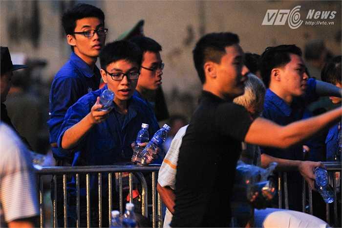 Các sinh viên tình nguyện hi sinh ngày lễ tham gia giúp đỡ ban tổ chức diễu binh, phát nước cho người dân đến xem chương trình
