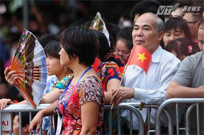 Quốc kỳ được nhiều người dân đem theo khi xem lễ diễu binh