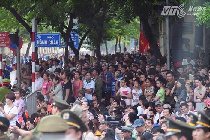 Rất đông người dân tập trung ở nút giao Hùng Vương - Nguyễn Thái Học để theo dõi duyệt binh