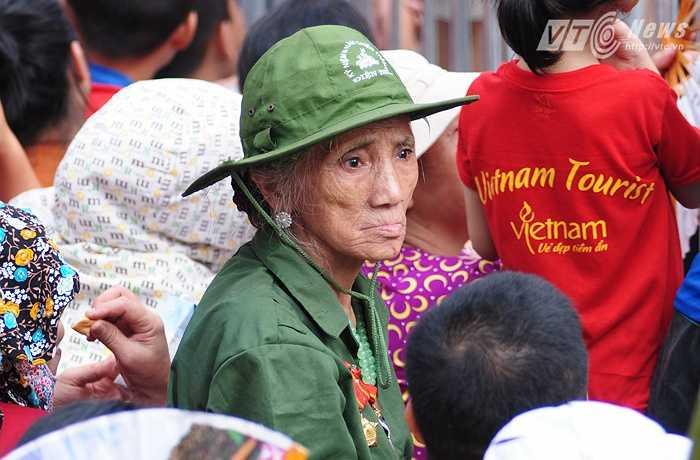 Cụ bà Hoàng Thị Thìn, 76 tuổi, đi từ Thịnh Liệt, Hoàng Mai lên nút giao Hùng Vương - Nguyễn Thái Học xem diễu binh